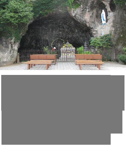 1858年2月11日、フランスのルルド近郊のマッサビエールの洞窟で、無原罪の聖母がベルナデッタに初めて現れました。ベルナデッタへの一連のご出現は、教会当局によって神聖なものとして承認され、ルルドは国際的な巡礼地となりました。そして聖母マリアに対する篤き信心から、この関口の地に、1911年5月21日、フランス人の宣教師によって、その洞窟そっくりに作られた「ルルド」が完成したのです。